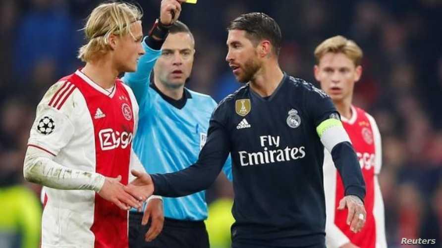 سيرجيو راموس بعد حصوله على بطاقة صفراء خلال مباراة فريقه ريال مدريد أمام اياكس أمستردام