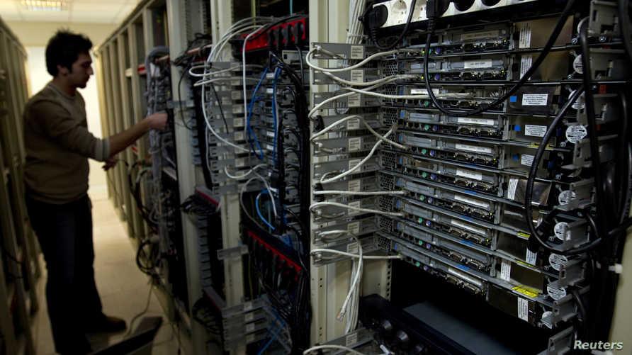 مهندس كمبيوتر إيراني يفحص خدمة الإنترنت في طهران
