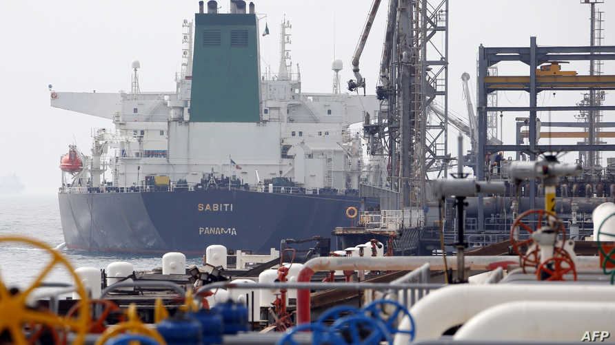 ناقلة نفط بنمية في منشأة نفط إيرانية في حزيرة خرج على الخليج (أرشيف)