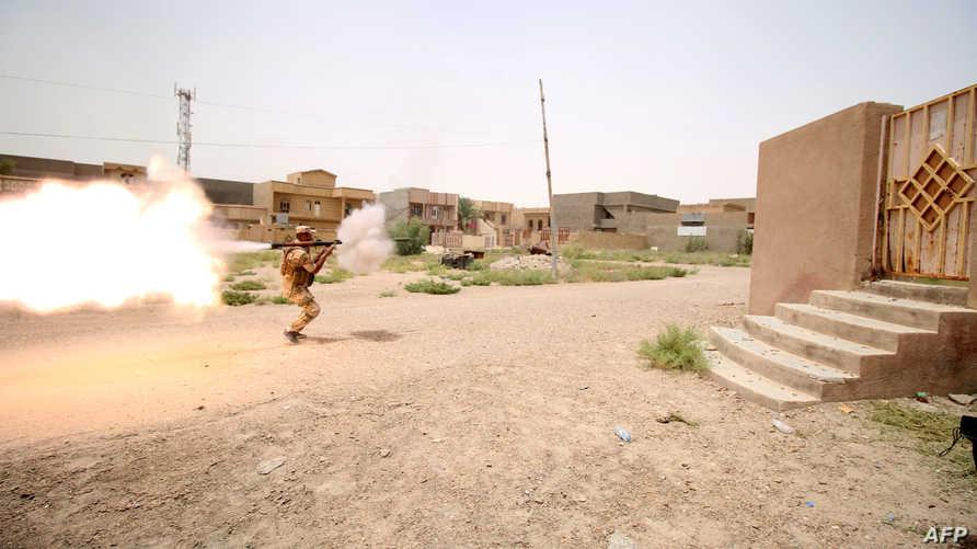 أحد عناصر القوات العراقية يطلق قذيفة آر بي جي خلال مواجهات في الفلوجة