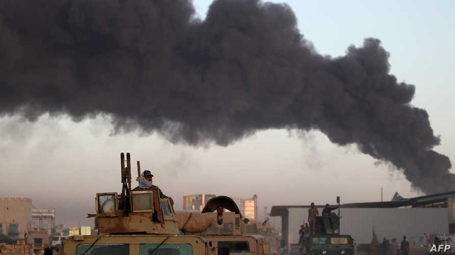 الدخان يتصاعد من موقع قصفته القوات العراقية المرابطة في محيط الفلوجة الاثنين