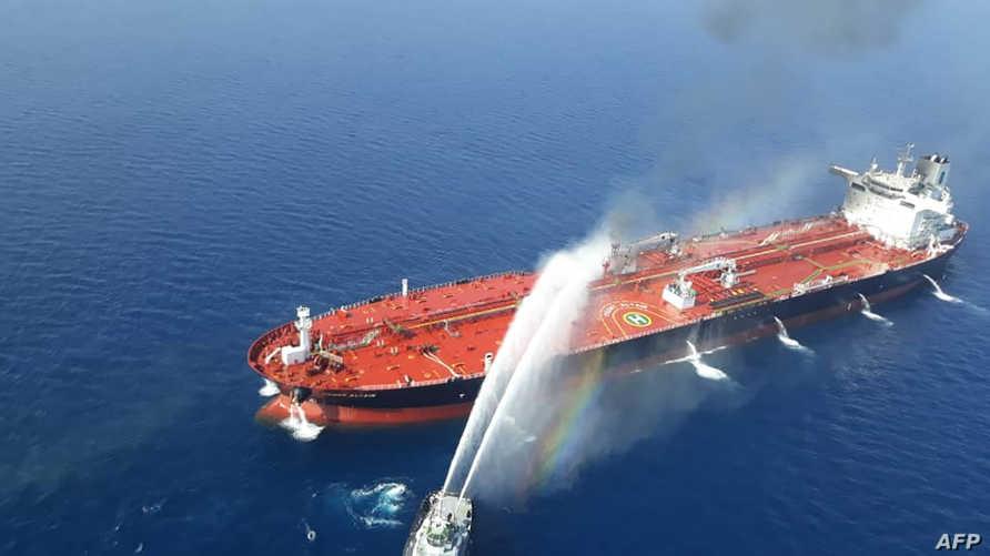 سفينة تابعة للبحرية الإيرانية خلال محاولة إخماد النيران في ناقلة النفط النرويجية إثر تعرضها لهجوم في بحر عمان