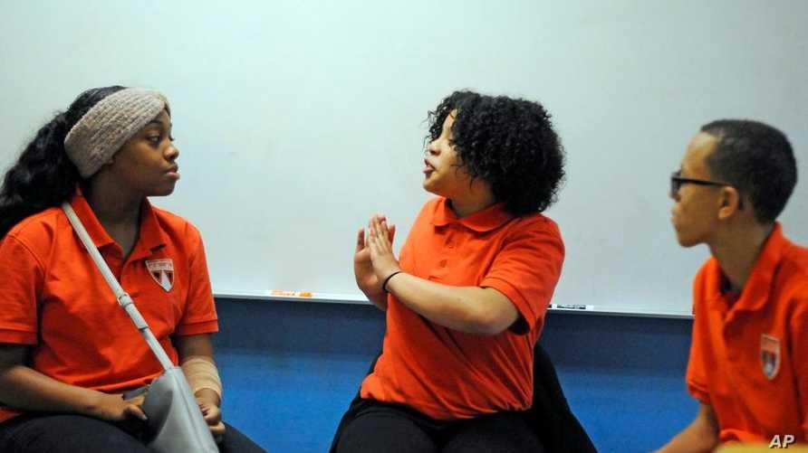 طلبة يتعلمون عن الصحة النفسية في دالاس