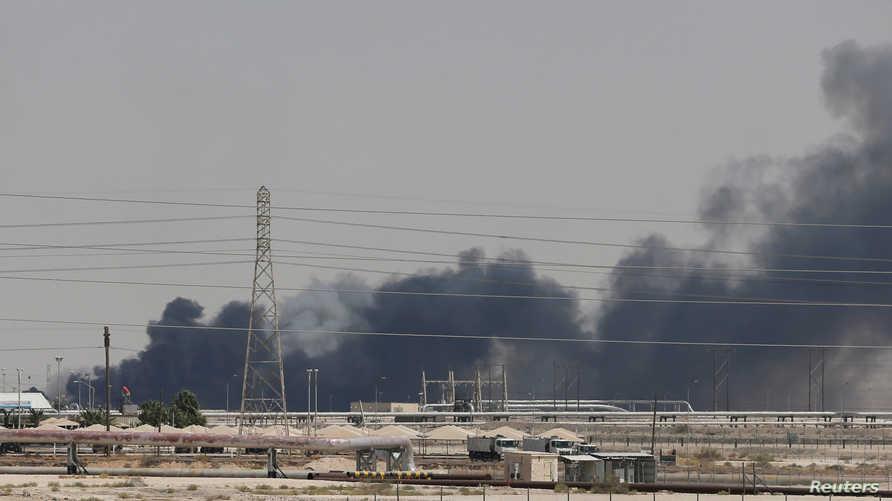 دخان يتصاعد من منشأة نفطية تابعة لشركة أرامكو في السعودية بعد هجوم في صورة بتاريخ 14 سبتمبر أيلول 2019