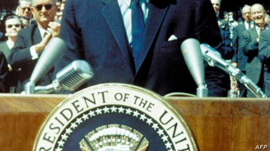 جون أف. كينيدي يلقي خطابه التاريخي في جامعة رايس بتكساس