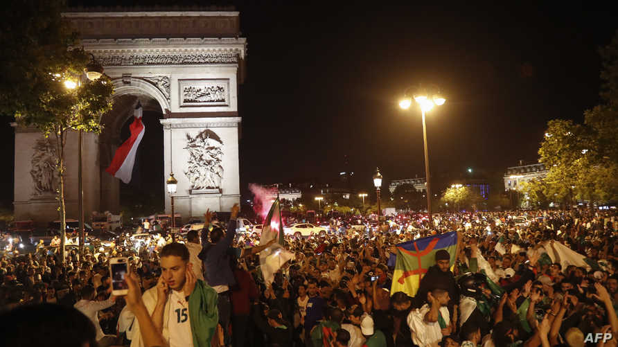 جزائريون في باريس يحتفلون بتأهل منتخب بلادهم إلى نهائي كأس الأمم الإفريقية