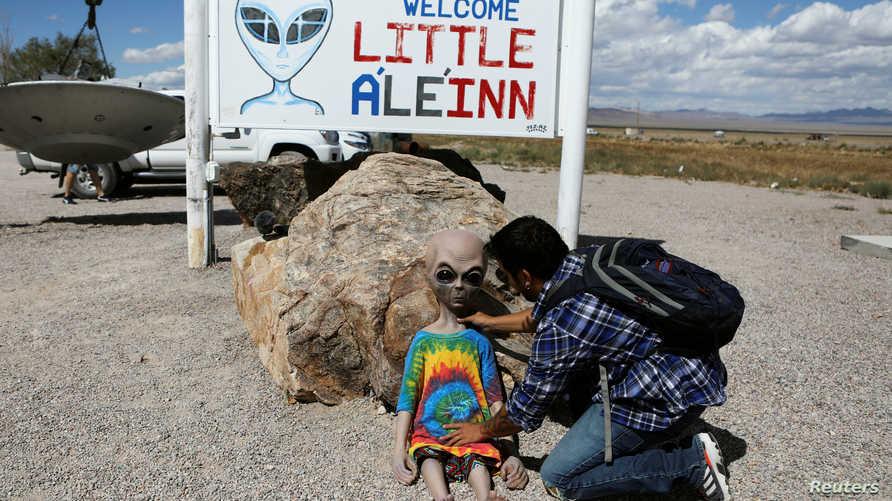 """شاب يضع لعبة أمام فندق صغير لاستقبال العدد الكبير من السياح القادمين للمشاركة في اقتحام منطقة """"Area 51"""""""