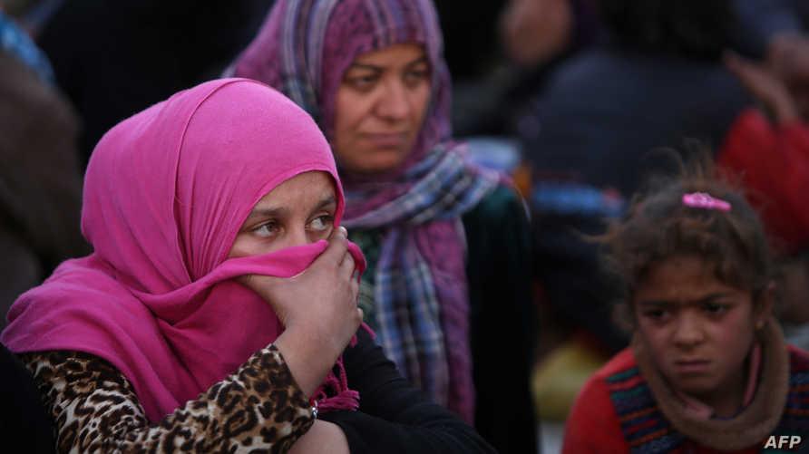 أسرة عراقية نازحة من إحدى البلدات في محافظة الأنبار