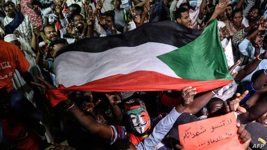 سودانيون يشاركون في الاعتصام أمام مقر القيادة العامة للجيش