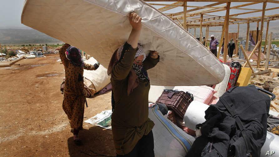 لاجئون سوريون يخلون مخيما غير رسمي في دير الأحمر بعد أيام على اندلاع عراك بين لاجئين وعناصر إطفاء وصلوا إلى الموقع لإخماد حريق