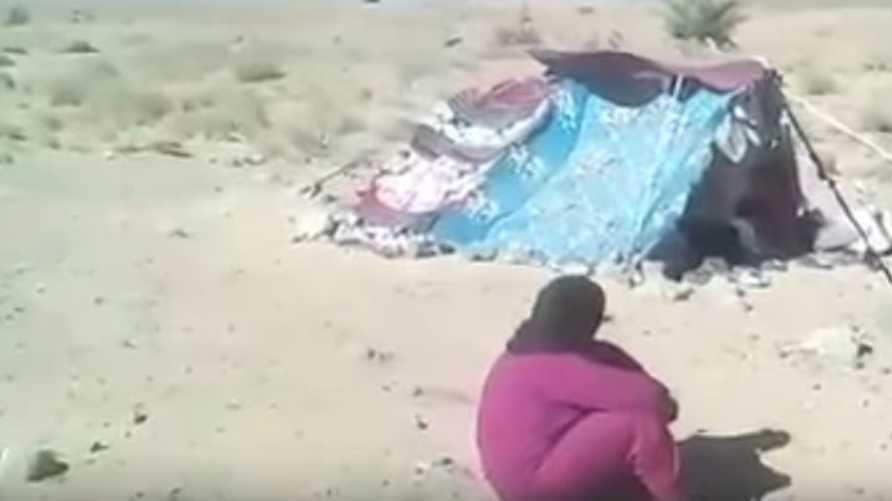 إحدى اللاجئات العالقات (صورة من فيديو على يوتيوب)