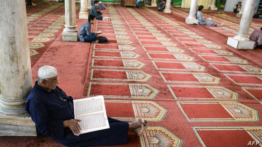 مصري يقرأ القرآن من جامع الأزهر التاريخي