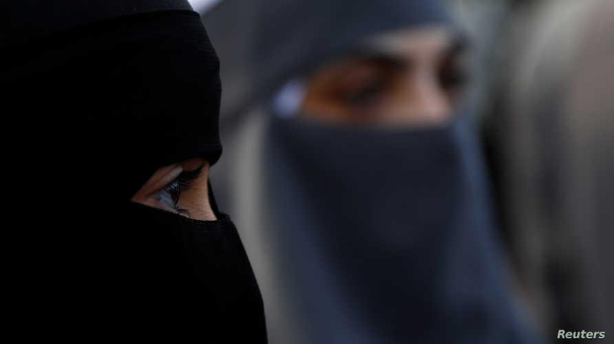 نساء يرتدين البرقع