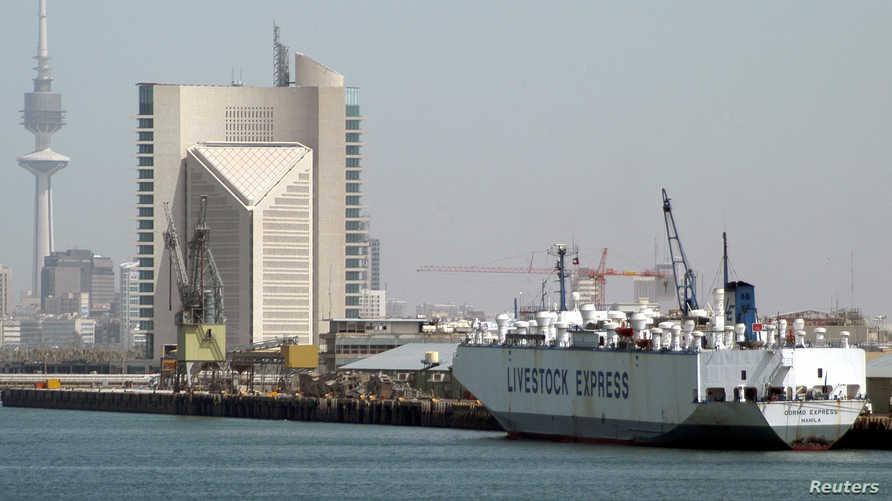 ميناء الشويخ في غرب مدينة الكويت وهو الميناء التجاري الرئيسي في البلاد