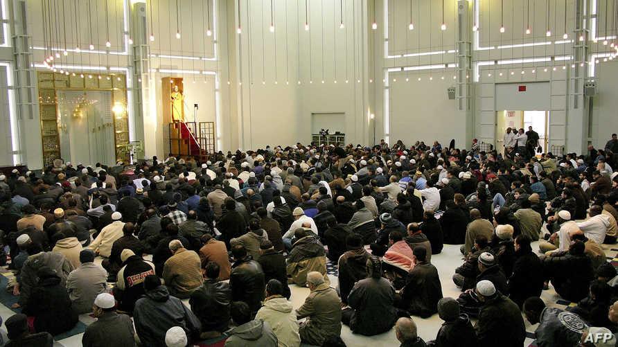 مسلمون يؤدون صلاة الجمعة في آخر يوم من رمضان في أميركا