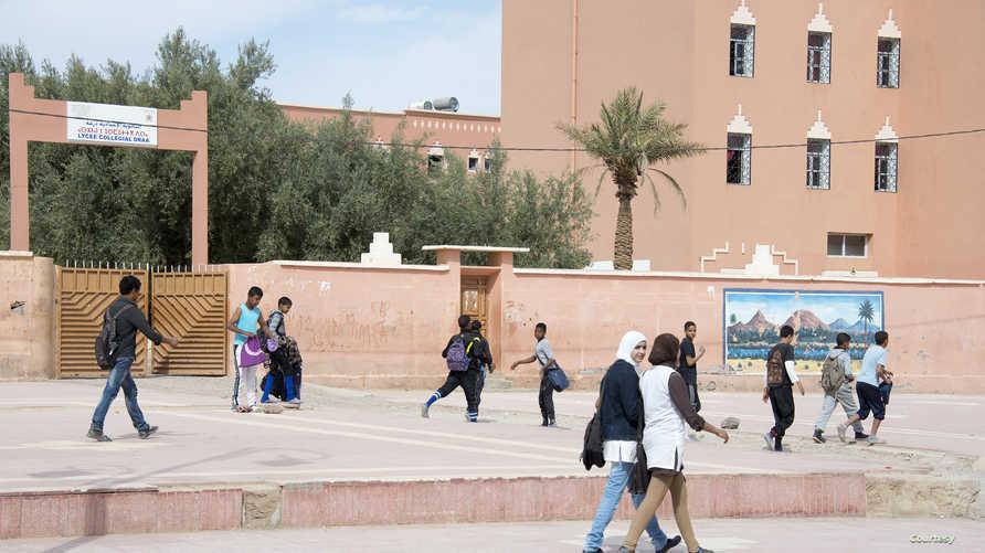 تلاميذ مغاربة أمام إحدى المدارس