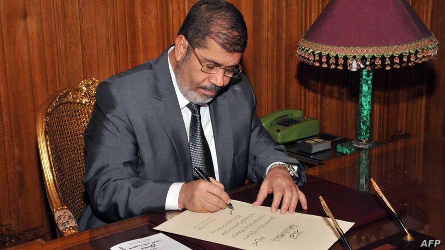 الرئيس المصري المعزول محمد مرسي في القصر الرئاسي خلال فترة توليه منصبه