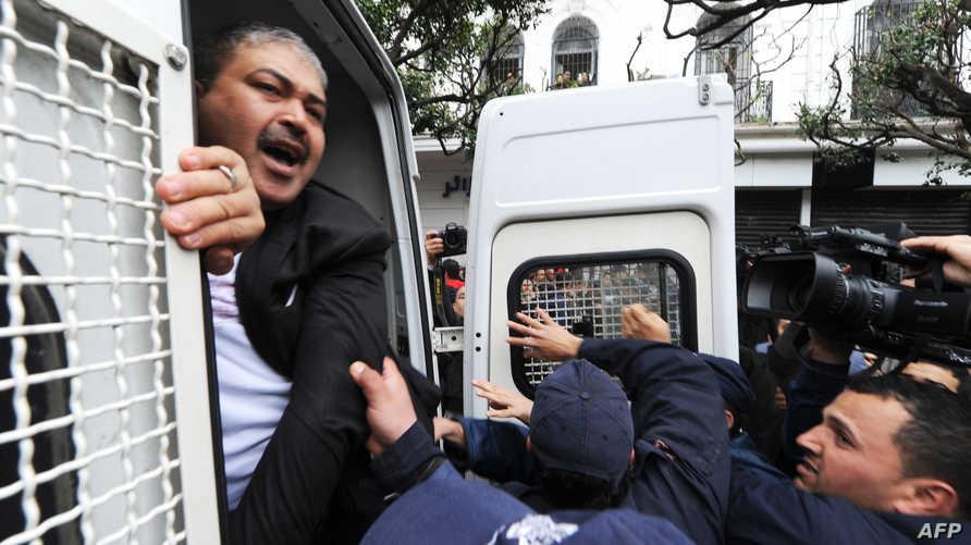 الشرطة الجزائرية تفض مظاهرات- أرشيف