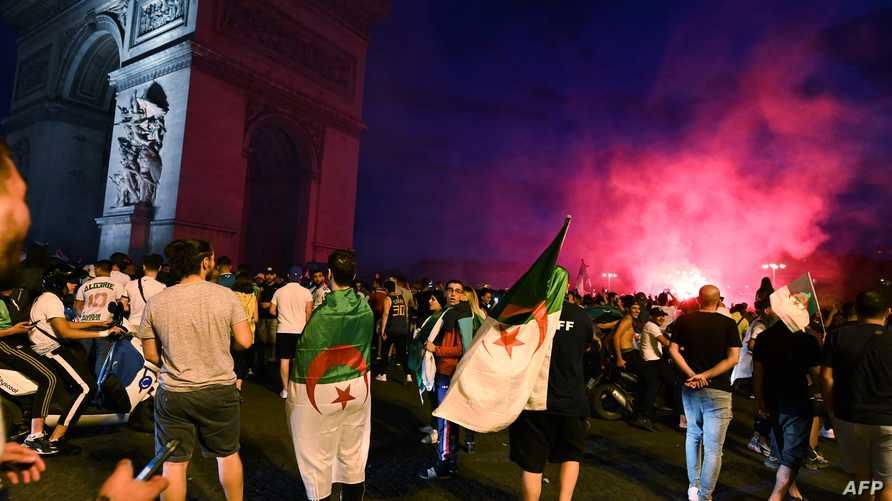 مشجعون جزائريون يحتفلون بفوز منتخب بلادهم على ساحل العاج في كأس أمم إفريقيا