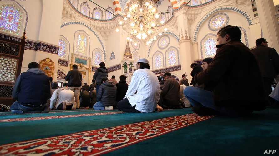 مسلمون في طوكيو يؤدون صلاة الجمعة في مسجد كامي الأكبر في العاصمة اليابانية- أرشيف