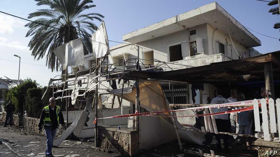 آثار الدمار الذي ألحق بمنزل جنوب إسرائيل جراء صاروخ أطلق من قطاع غزة
