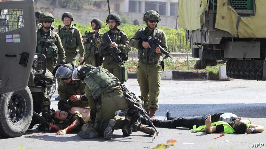 جنود إسرائيليون يسعفون جنديا طعنه فلسطيني