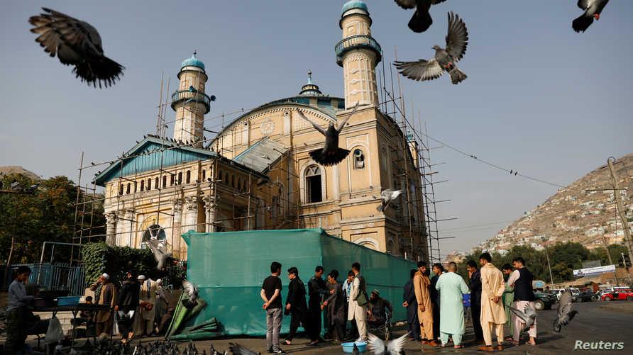 مصلون يدخلون مسجدا في أفغانستان لأداء صلاة عيد الأضحى في 11 أغسطس