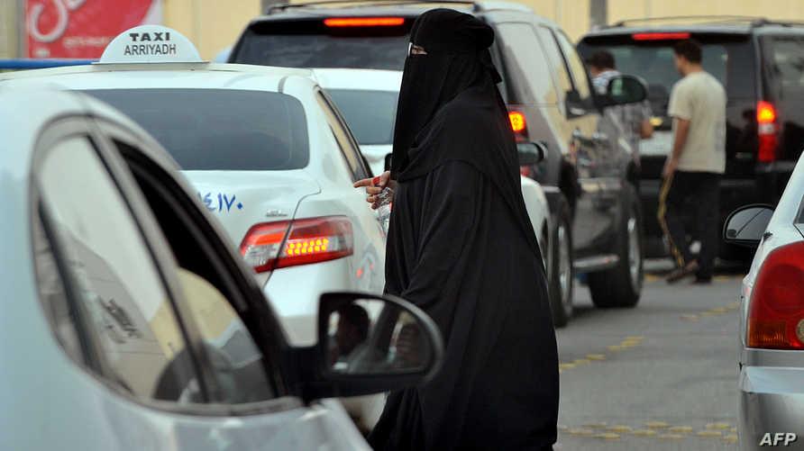 سيدة سعودية في إحدى شوار العاصمة الرياض