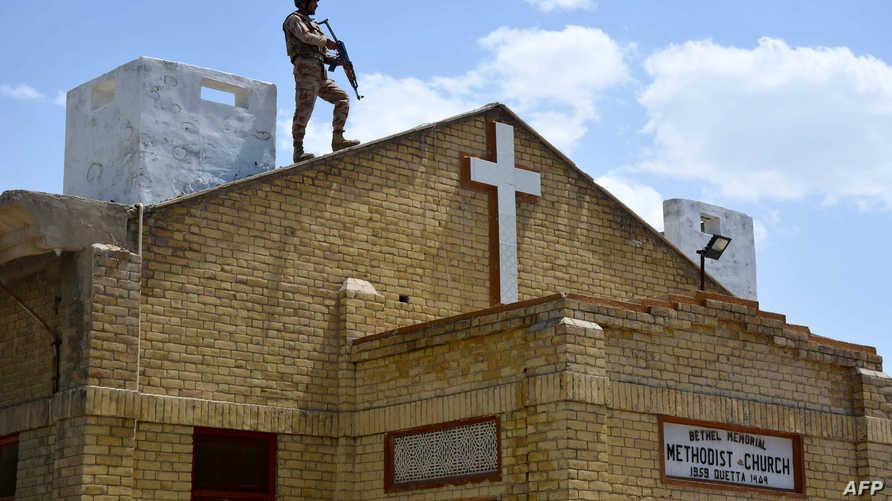 جندي سريلانكي يحرس كنيسة بعد الهجمات التي شهدتها البلاد الأحد