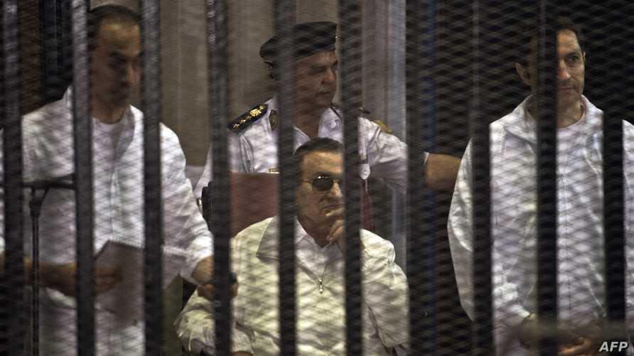 الرئيس المصري السابق حسني مبارك(وسط) ونجليه علاء (يمين) وجمال خلال جلسة إعادة محاكمتهم يوم السبت 8 يونيو/حزيران 2013