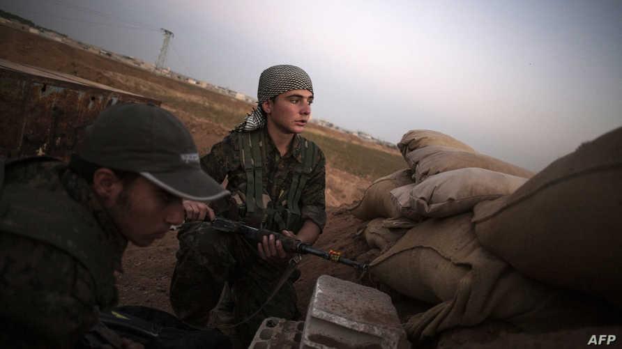 مقاتلان من وحدات حماية الشعب التابعة لحزب الاتحاد الديموقراطي الكردي السوري