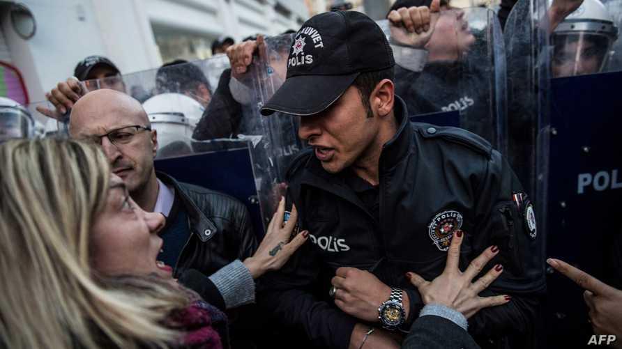 الشرطة التركية تفرق مظاهرة ضد العنف بحق النساء في اسطنبول