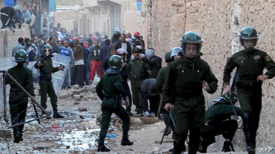 عناصر الأمن الجزائري تقوم بتفريق احتجاج لسكان غرداية