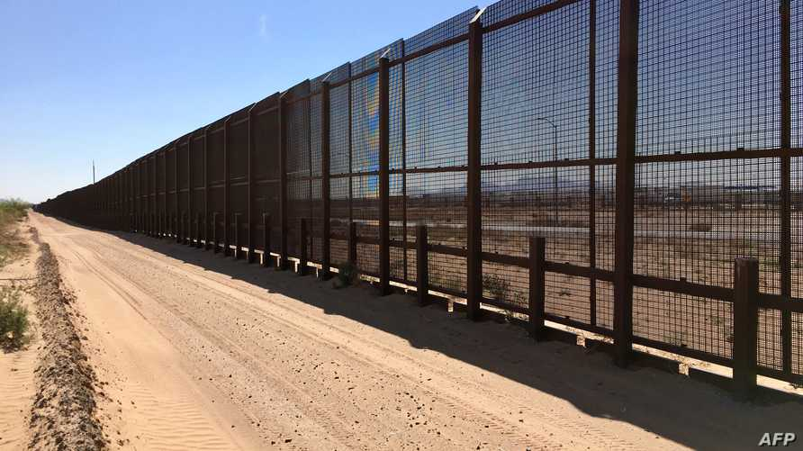 جدار حدودي بين أميركا والمكسيك قرب سانتا تيريزا - نيو مكسيكو