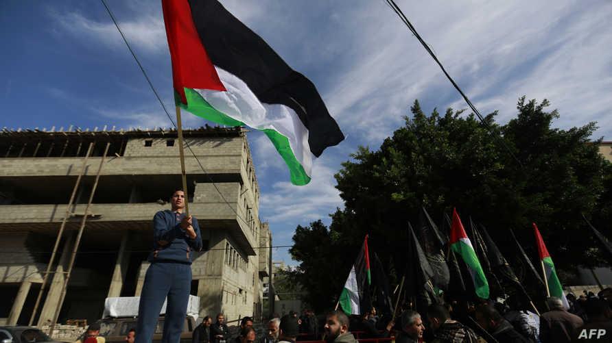 فلسطينيون يشاركون في مسيرة في غزة