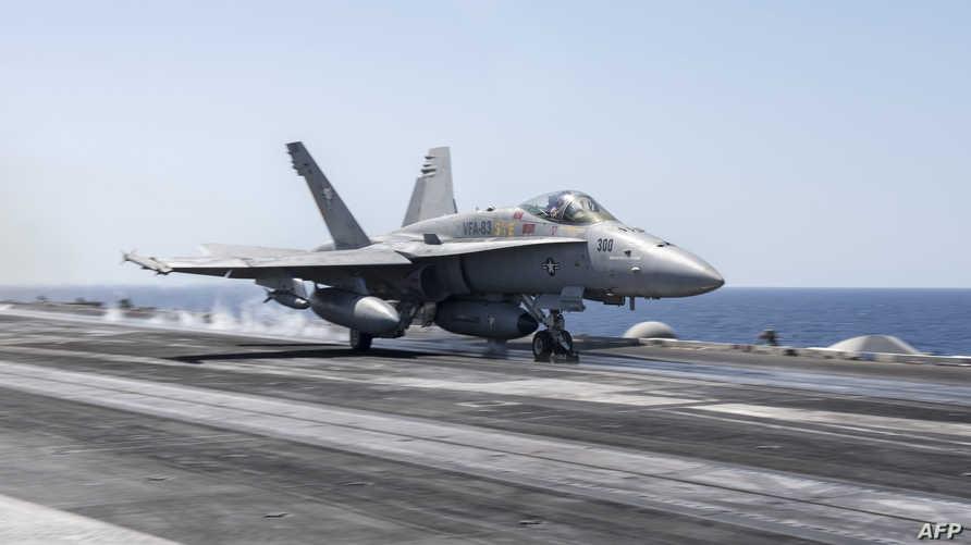 طائرة أميركية على حاملة طائرات في البحر المتوسط
