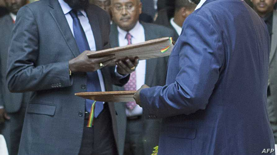 رئيس جنوب السودان سالفا كير ونائبه السابق رياك مشار خلال توقيع اتفاق وقف إطلاق النار