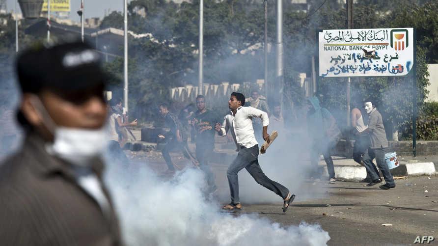 اشتباكات بين طلاب مؤيدين للرئيس المعزول محمد مرسي وقوات الأمن أمام جامعة الأزهر - أرشيفية