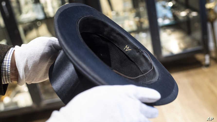 حرفا اسم هتلر على قبعة تعةد للزعيم النازي خلال مزاد في ألمانيا