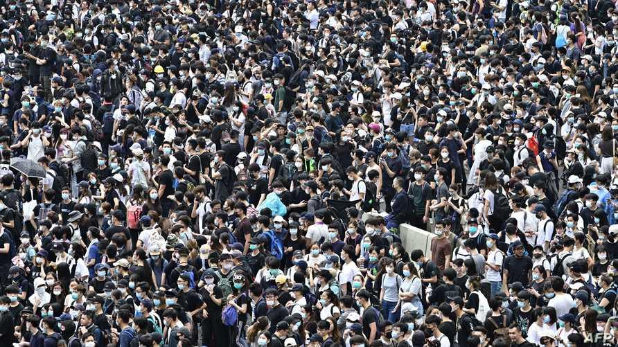 المتظاهرون يغلقون شارعين رئيسيين في هونغ كونغ