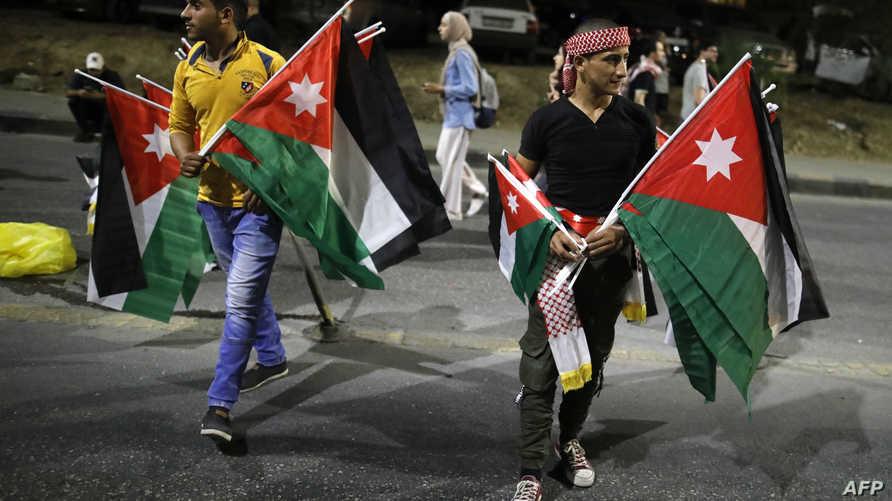 متظاهرون أردنيون بالقرب من مقر رئيس الحكومة في عمان