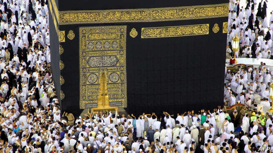 يطوف المسلمون من جميع أنحاء العالم حول الكعبة في المسجد الحرام في مدينة مكة المكرمة
