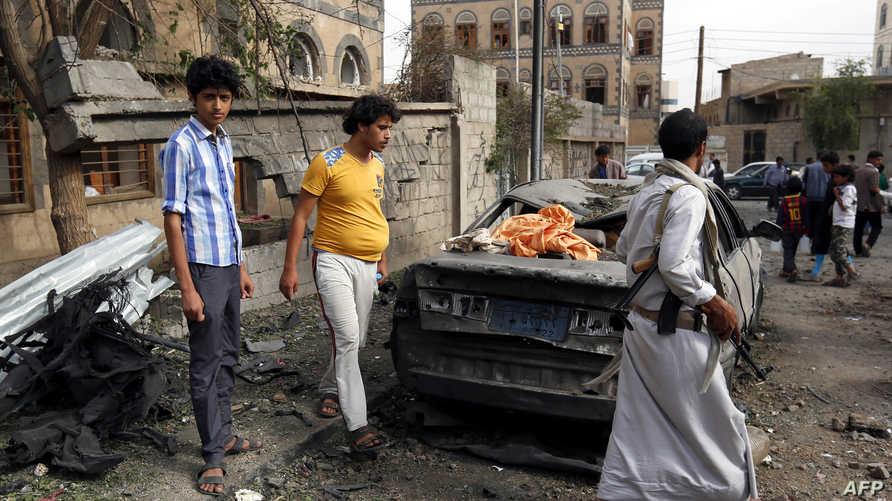 آثار القصف الجوي للتحالف الذي تقوده السعودية في العاصمة اليمنية صنعاء