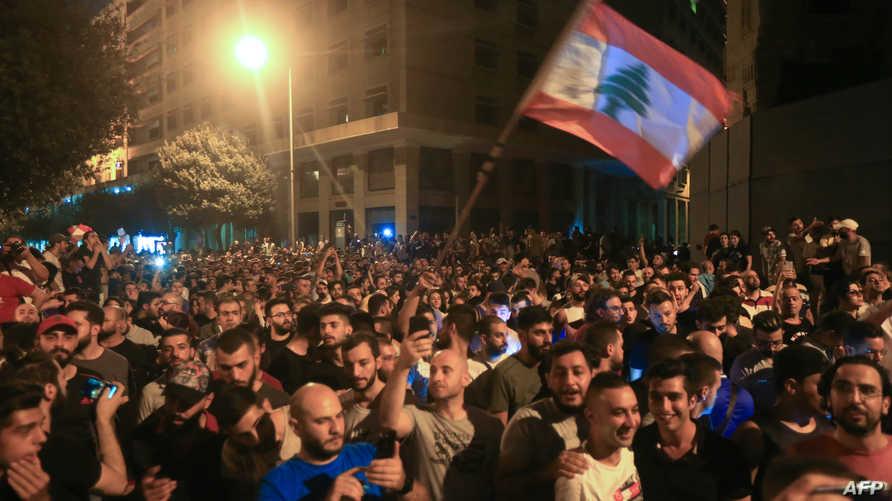محتجون أمام السراي الحكومي في بيروت