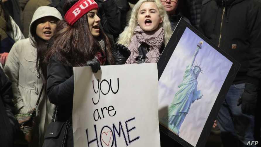 متظاهرون بمطار أوهير في ولاية شيكاغو