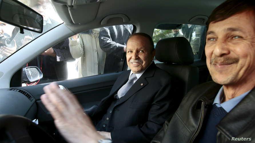 سعيد بوتفليقة شقيق الرئيس المستقيل (يمينا) بجانب الرئيس الجزائري المستقيل عبد العزيز بوتفليقة