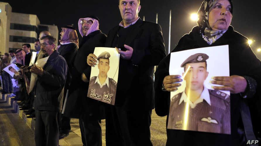 والدة وأقارب الكساسبة يطالبون بإطلاق سراحه