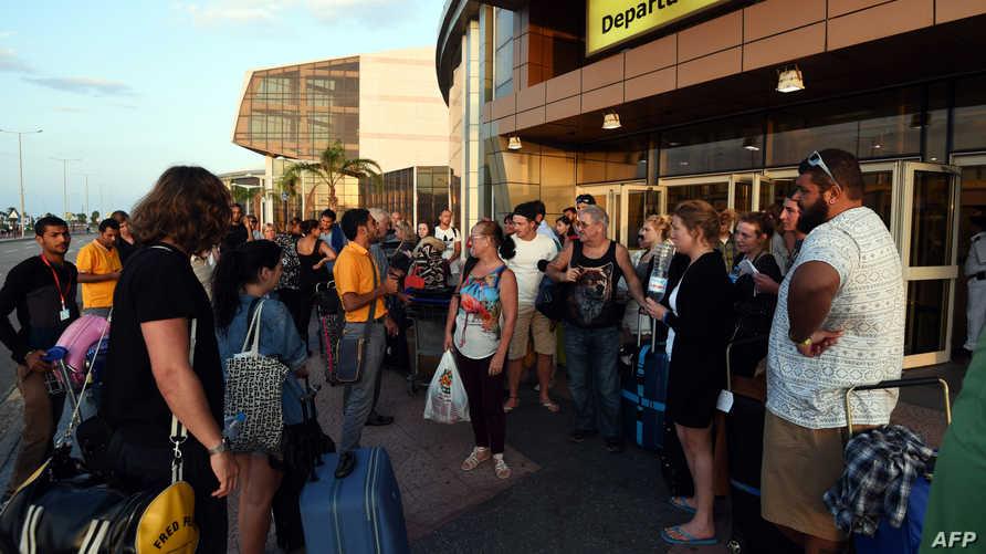 سياح بريطانيون أمام مطار شرم الشيخ