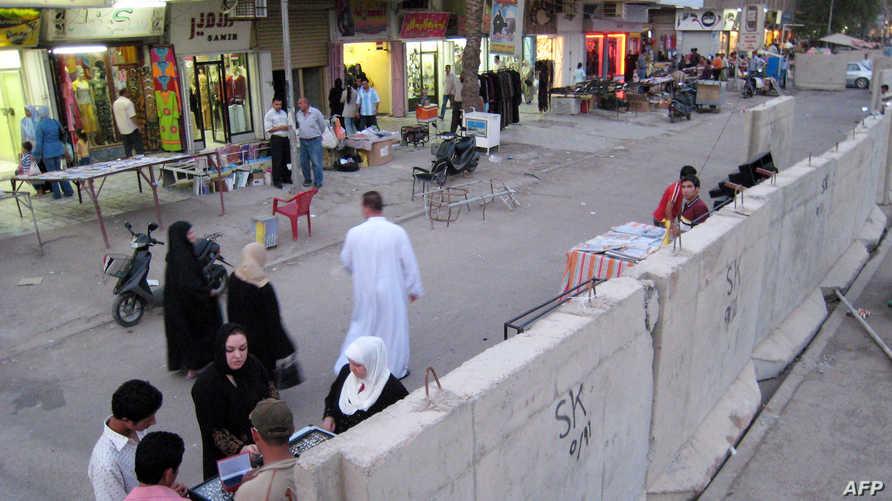 حواجز كونكريتية في شارع فلسطين في العاصمة بغداد-أرشيف