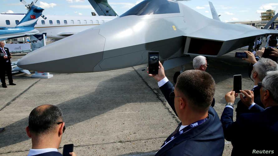 أثناء إزاحة الستار عن نموذج لمقاتلة مقاتلة TF-X التركية من الجيل الخامس - مطار لبورغي قرب باريس 17 حزيران/يونيو 2019